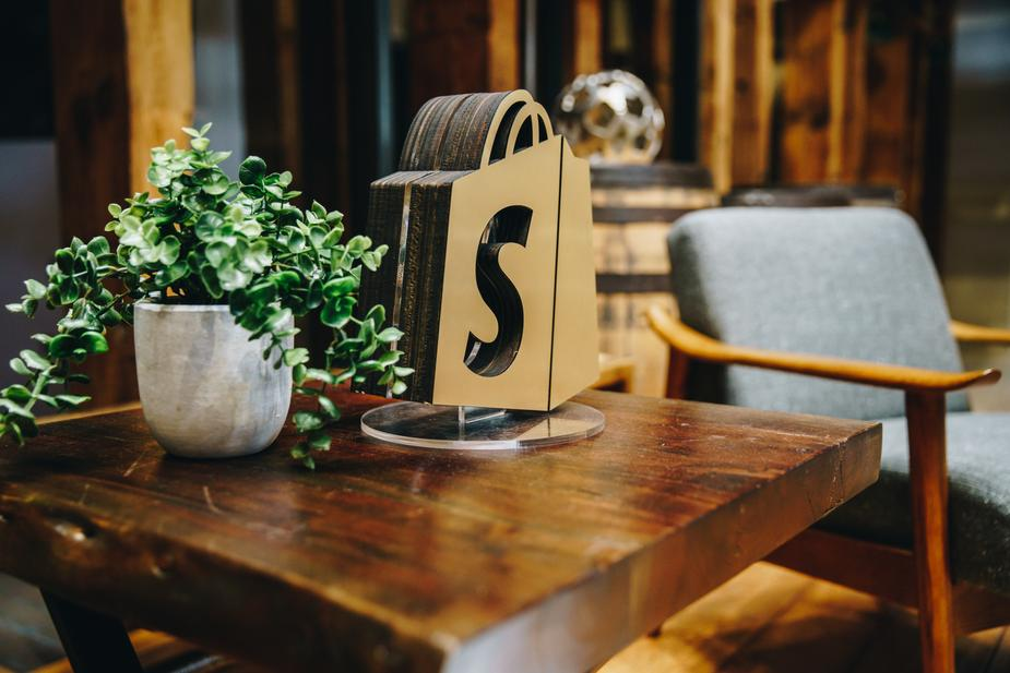 Shopping bag with Shopify logo on it.